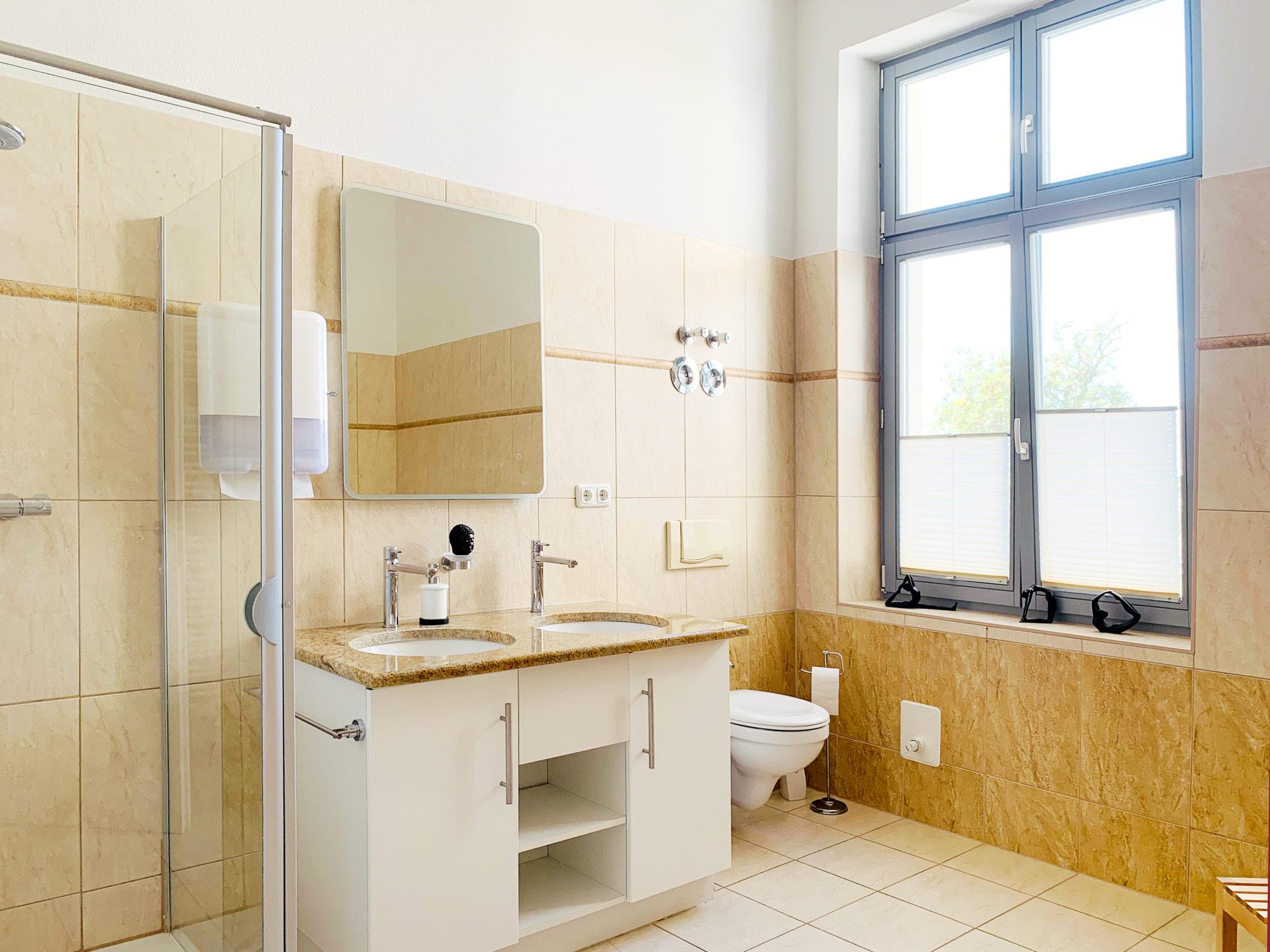 Umkleide & Badezimmer